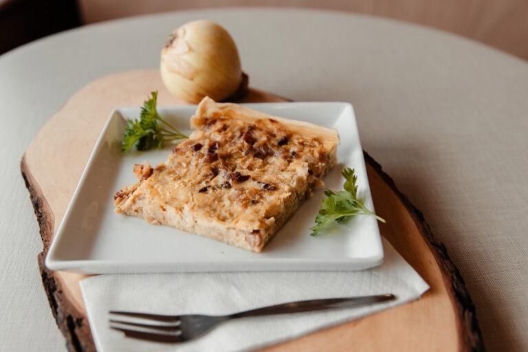 Zwiebelkuchen immer Dienstag und Freitag frisch im Verkauf oder im Café.